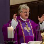 Er betet nun das Gabengebet (© Herr Mag. Bernhard Wagner).