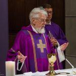 Der Altabt während der Präfation am Beginn des Eucharistischen Hochgebetes ... (© Herr Mag. Bernhard Wagner)