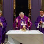 Während der Präfation am Beginn des Eucharistischen Hochgebetes (© Herr Mag. Bernhard Wagner).