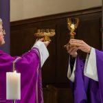 Mit der Doxologie findet das Eucharistische Hochgebet seinen Abschluss (© Herr Mag. Bernhard Wagner).