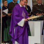 Pfarrprovisor Mag. Dr. Christoph Kranicki begrüßt  Emeritus Erzbischof Kothgasser (© Herr Mag. Bernhard Wagner).