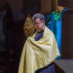 Provisor Kranicki beim Eucharistischen Segen mit dem Allerheiligsten (© Herr Mag. Bernhard Wagner).
