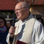 Pfarrer i. R. Mag. Engelbert Hofer begrüßt die versammelte Gemeinde ... (© Herr Mag. Bernhard Wagner)