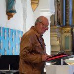 Herr Fritz Richter begrüßt die Gemeinde und erläutert den Ablauf der Karfreitagsliturgie (© Herr Mag. Bernhard Wagner).