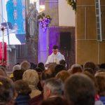... den Predigttext des Erzbischofs vor (© Herr Mag. Bernhard Wagner).