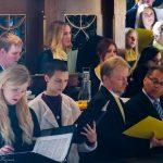 """Blick vom südlichen Seitenchor zu den Projektsängern welche zusammen mit einem Projektorchester W. A. Mozarts """"Krönungsmesse"""" als Ordinarium zu Gehör bringen (© Herr Mag. Bernhard Wagner)."""