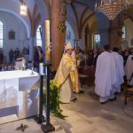 ... und zieht sodann mit den weiteren Priestern und Ministranten aus der Kirche aus (© Herr Mag. Bernhard Wagner).