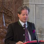 Vater eines der Erstkommunionkinder beim Vortrag der Lesung (© Herr Mag. Bernhard Wagner).