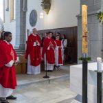 Priester und Ministranten sowie einige Firmlinge mit deren Patinnen und Paten (© Herr Mag. Bernhard Wagner).
