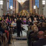 Blick zum Chor und Orchester vom Mittelgang der Kirche aus (© Herr Mag. Bernhard Wagner).