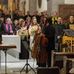 Applaus für die Mitwirkenden, im Vordergrund von links: Violinist, Cellistinnen und Kontrabassist (© Herr Mag. Bernhard Wagner).