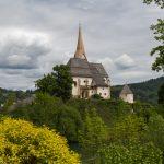 Blick zur Kirchenhalbinsel mit der Pfarrkirche von der Seepromenade aus ... (© Herr Mag. Bernhard Wagner).