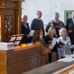 Der Kirchenchor St. Johann am Chor der Markuskirche gestaltet die Stunde der Barmherzigkeit, an der Orgel Herr Christian Theuermann (© Herr Mag. Bernhard Wagner).