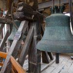 In der Glockenstube unterhalb der Türmerwohnung, am Bild die Markus- oder Heldenglocke (rechts) sowie die Gefallenen- oder Kreuzglocke (© Herr Mag. Bernhard Wagner).