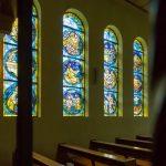 Südseitige Fenster mit Szenen aus der Bibel (© Herr Mag. Bernhard Wagner).