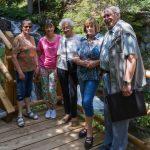 Gruppenfoto beim Wasserfall eines Teils der Seniorinnen und Senioren, rechts Leiter Herr Kurt Weitlauer (© Herr Mag. Bernhard Wagner).