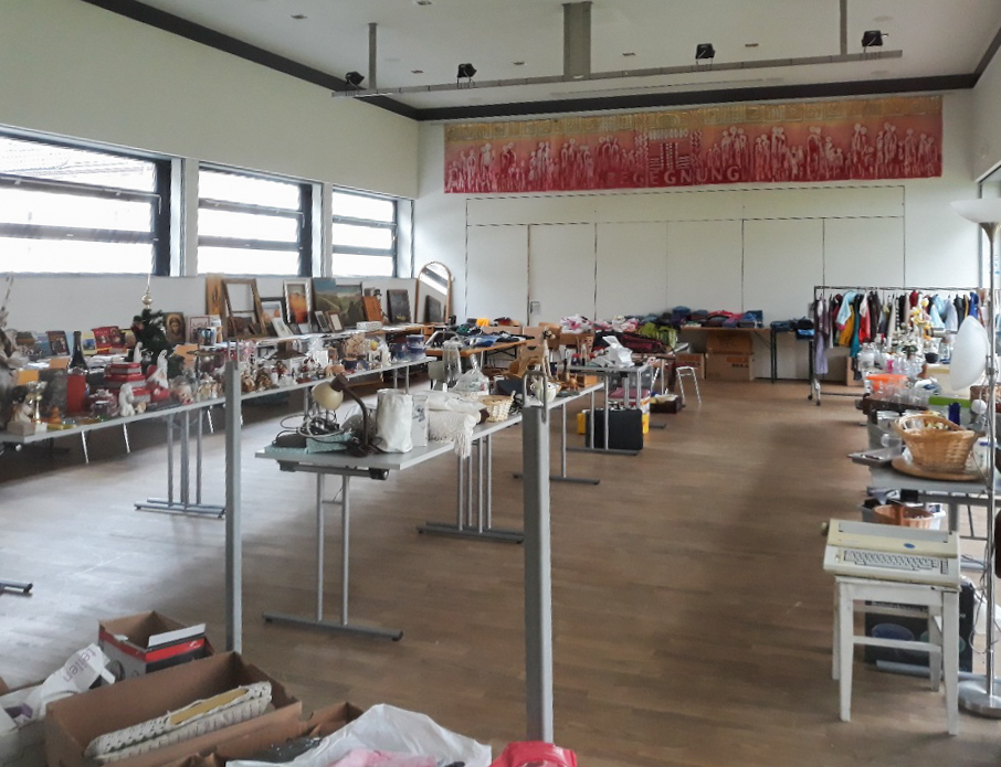 Blick in den Markussaal zu den für den Flohmarkt vorbereiteten Waren (© Pfarre Wolfsberg).
