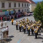 Das Te Deum, Großer Gott, wir loben dich, wird gesungen, begleitet von der Stadtkapelle (© Herr Mag. Bernhard Wagner).