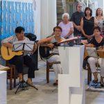 Eine Sing- und Spielgruppe gestaltet diesen auch für die Erstkommunionkinder gedachten Dankgottesdienst musikalisch (© Herr Mag. Bernhard Wagner).
