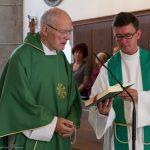 Pfarrer Emeritus betet das Tagesgebet (© Herr Mag. Bernhard Wagner).