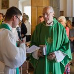 Provisor Kranicki begrüßt Pfarrer Emeritus Hofer beim Haupteingang der Markuskirche (© Herr Mag. Bernhard Wagner).