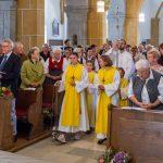 Einzug in die Kirche am Beginn des Festgottesdienstes (© Herr Mag. Bernhard Wagner).