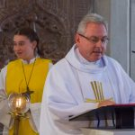 Einer der Gäste aus Regensburg verkündet das Evangelium, die Frohe Botschaft (© Herr Mag. Bernhard Wagner).