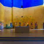 Altarbereich der Versöhnungskirche am Tag ... (© Herr Mag. Bernhard Wagner).