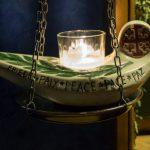 """Lampe neben der Ikone mit dem Wort """"Frieden"""" in verschiedenen Sprachen (© Herr Mag. Bernhard Wagner)."""