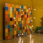 Wanddekoration aus quadratischen Farbfeldern mit brennenden Lichtern links vom Altar (© Herr Mag. Bernhard Wagner).
