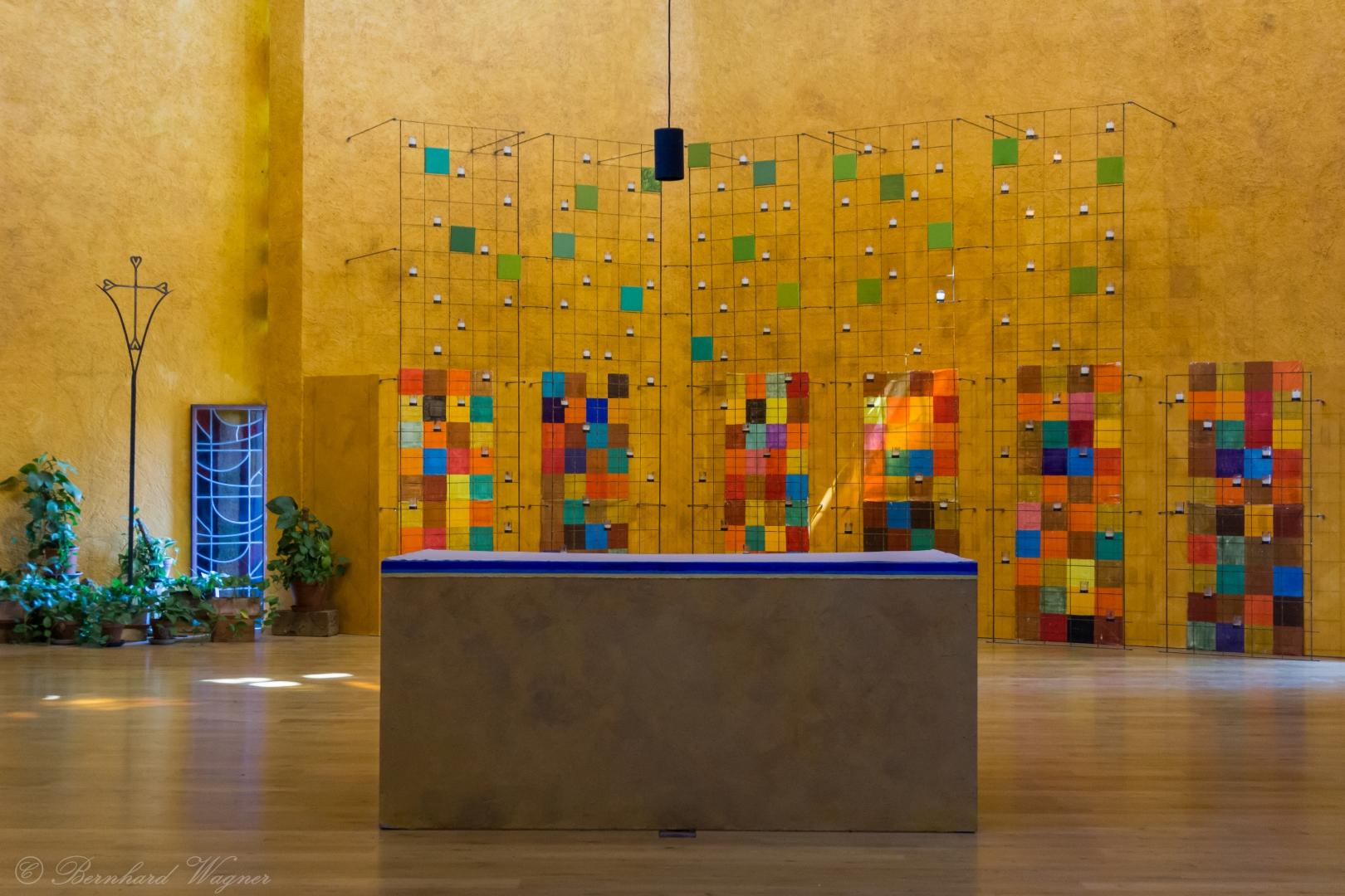 Altarbereich der Versöhnungskirche am Tag (© Herr Mag. Bernhard Wagner).