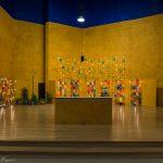 Altarbereich der Versöhnungskirche mit brennenden Lichtern am Abend ... (© Herr Mag. Bernhard Wagner).