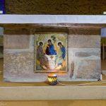 Altar der Krypta: Die Ikone stellt die alttestamentliche Dreifaltigkeit dar (© Herr Mag. Bernhard Wagner).