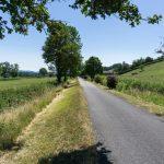 Rundwanderung: Rad- und Fußweg ostseitig entlang des Hügels auf welchem sich die Ortschaften Taizé und Ameugny befinden ... (© Herr Mag. Bernhard Wagner).